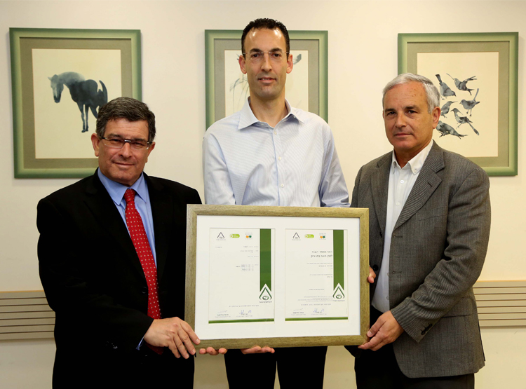 CEO of Strauss Water Israel receiving a Green Standard for the Tami4 water bars of Strauss Water